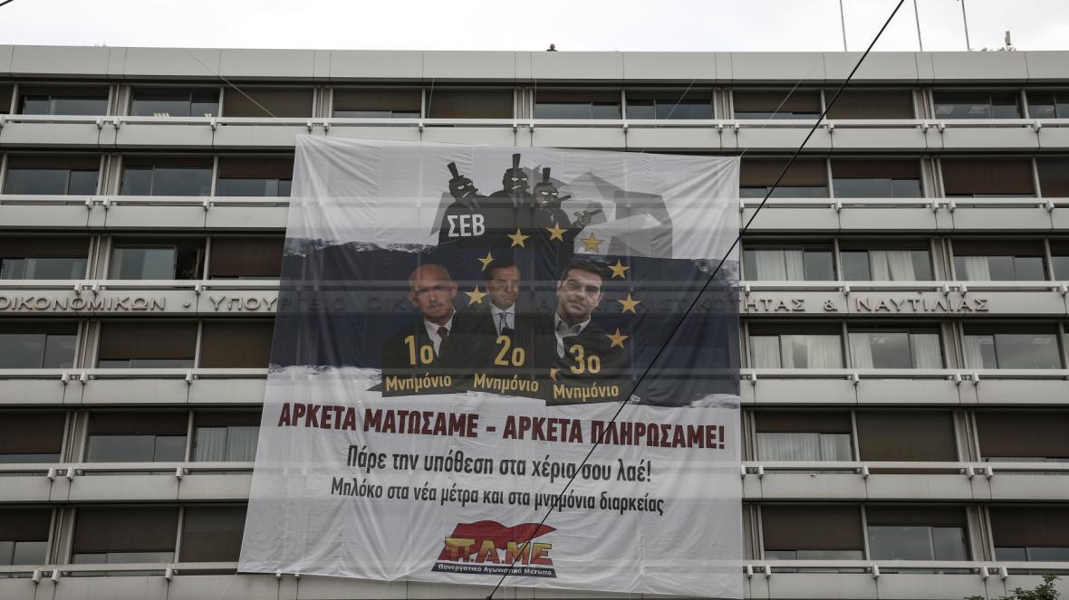 Transparent levicových demonstrantů proti úsporným opatřením