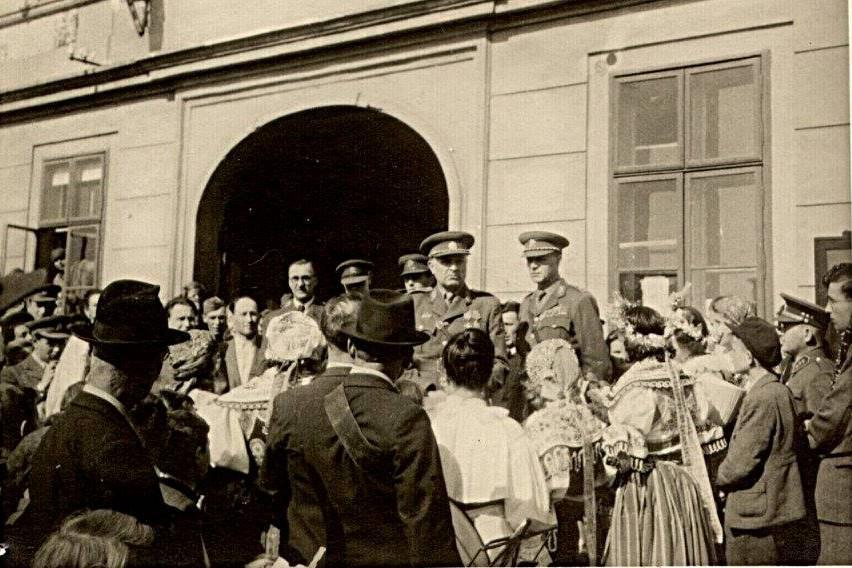 Ludvík Svoboda na náměstí v Podivíně oznamuje konec války