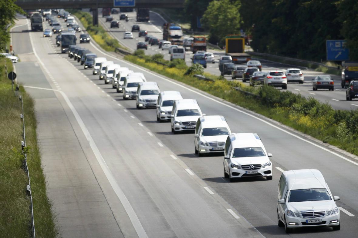 Konvoj pohřebních vozů míří do Halternu
