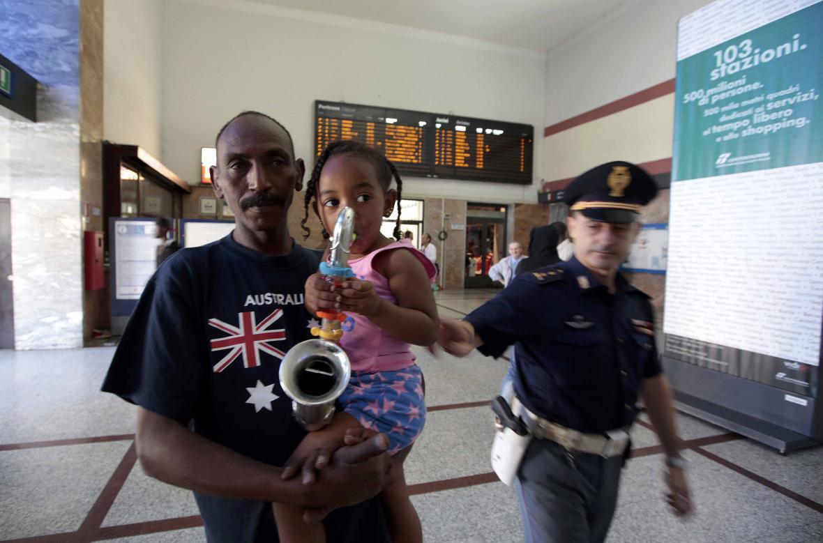 Súdánští uprchlíci na nádraží ve Vintimille