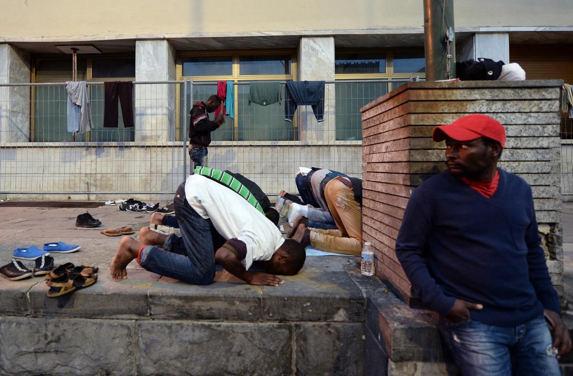Uprchlíci se modlí na nádraží ve městě Ventimiglia v Itálii