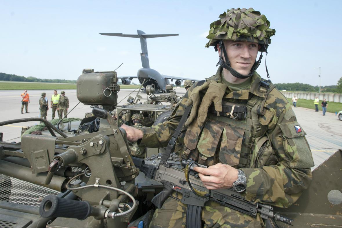 Čeští vojáci míří na cvičení Noble Jump