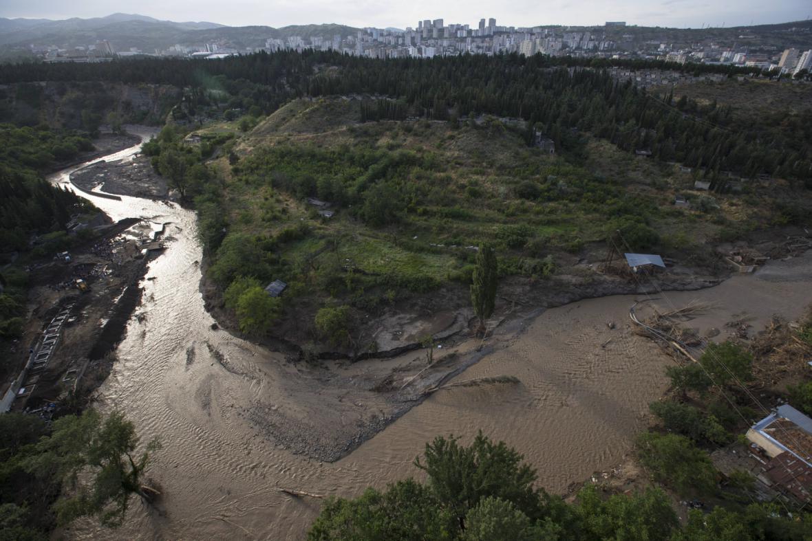 Rozvodněná řeka u města Tbilisi