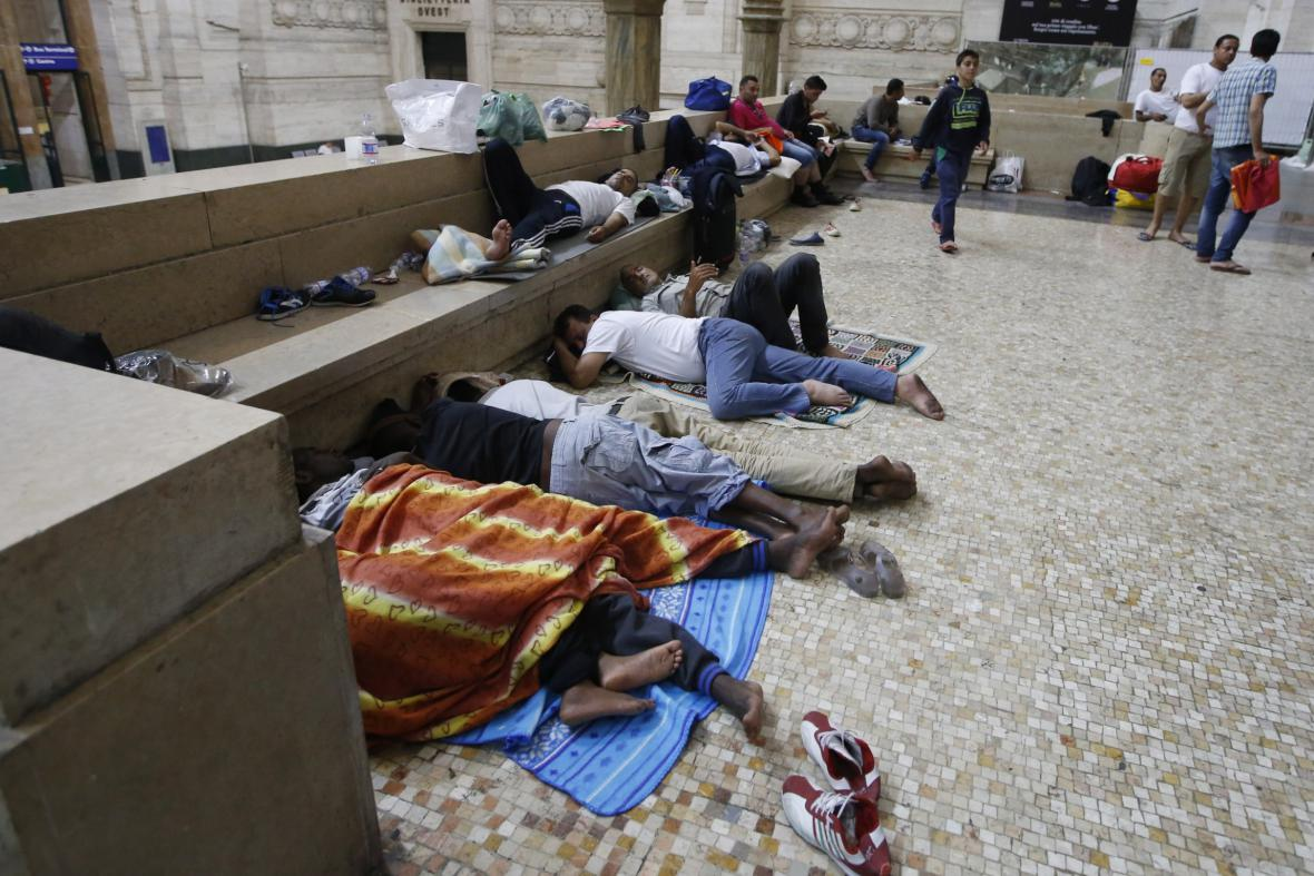 Uprchlíci na milánském nádraží