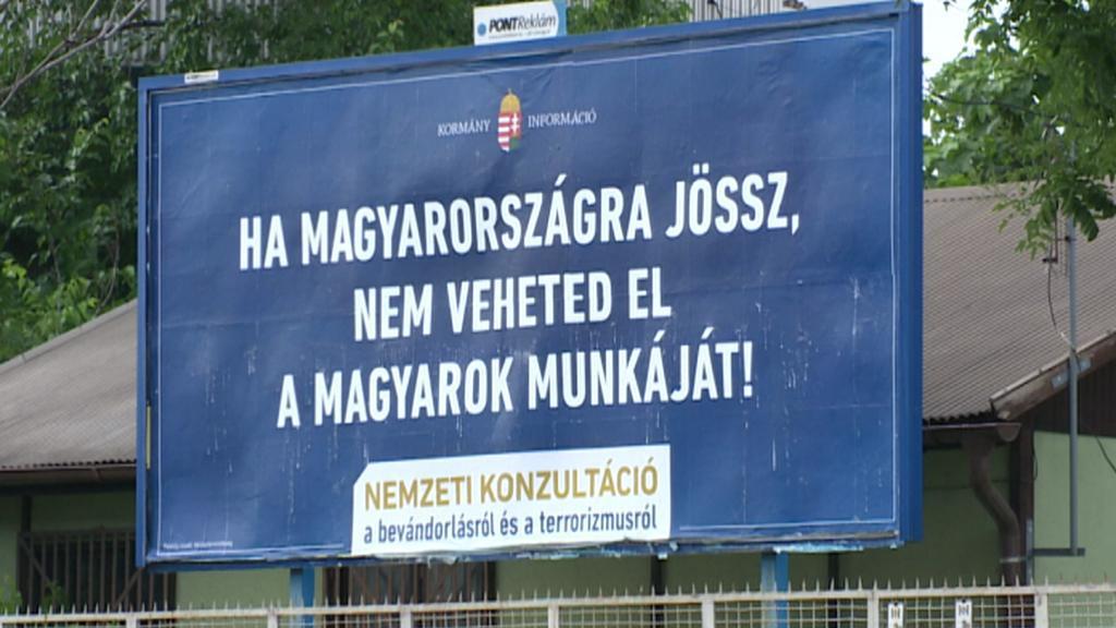 Maďarské billboardy vyzývají imigranty, aby místním nebrali práci