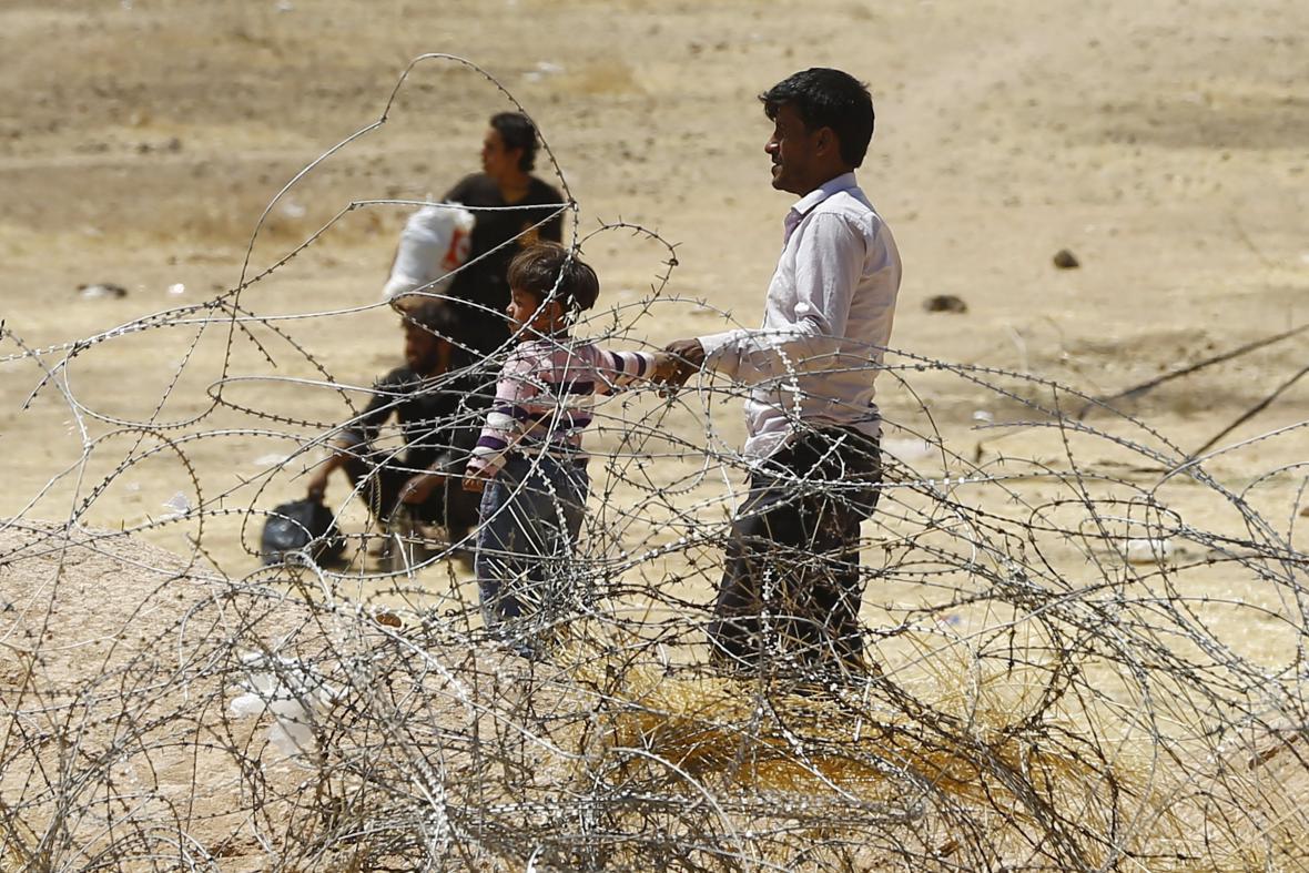Syrští uprchlíci čekají u uzavřené turecké hranice