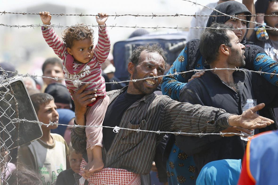 Syrský uprchlík čekající na hranici s Tureckem prosí o pomoc