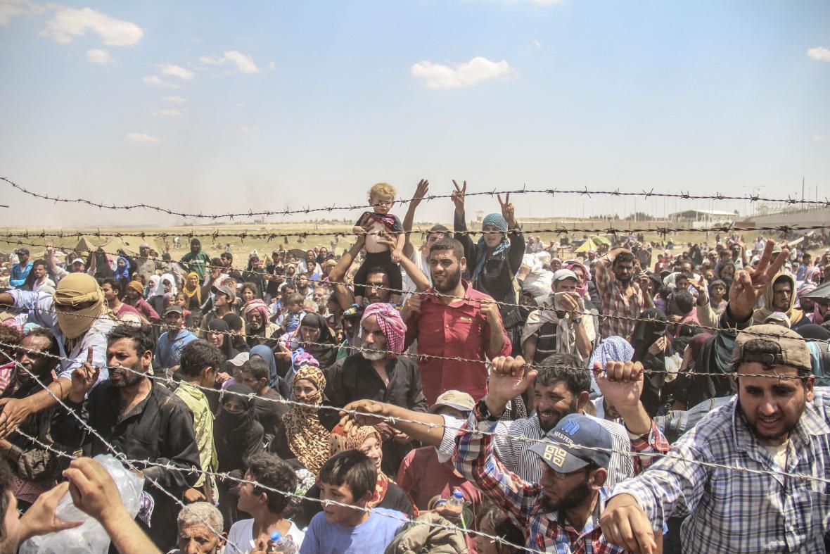Prchající Syřané čekají u hranice s Tureckem
