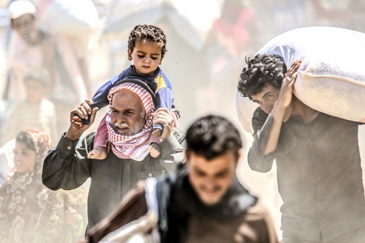 Syřané utíkají před boji islamistů a Kurdů v syrském Tal Abyadu