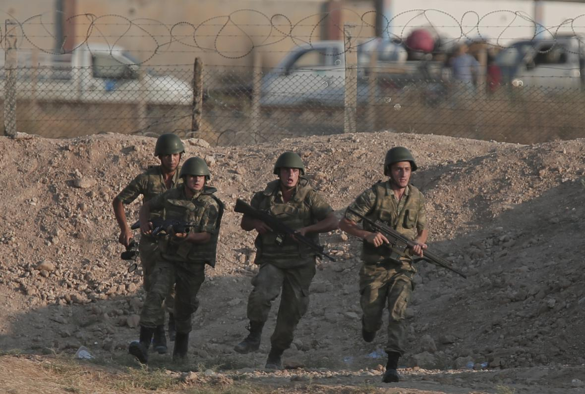 Turečtí vojáci u hranice se Sýrií