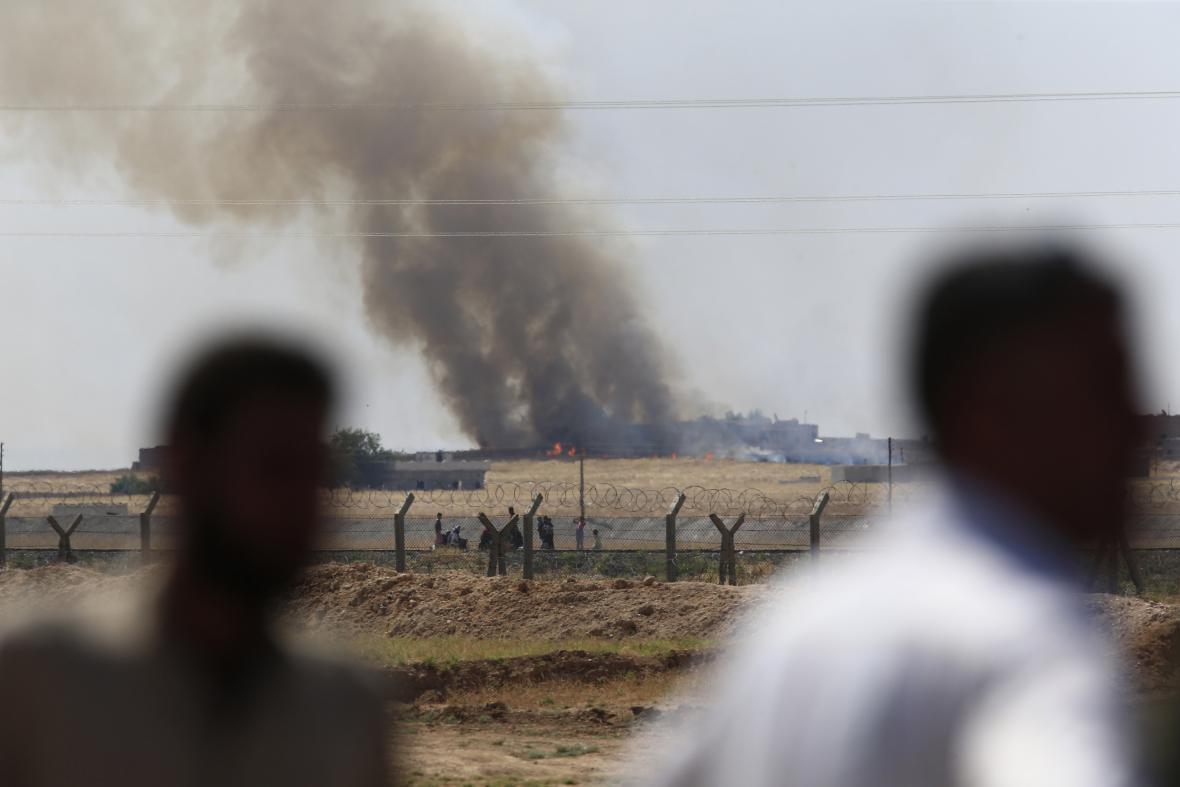 Boje s islamisty vyhnaly ze syrského Tal Abyadu tisíce lidí, kteří se vydali do nedalekého Turecka