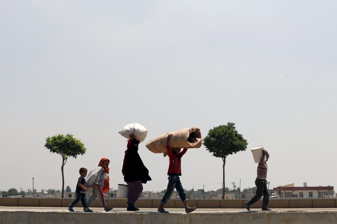 Před boji s islamisty uprchly ze syrského Tal Abyadu do Turecka tisíce lidí