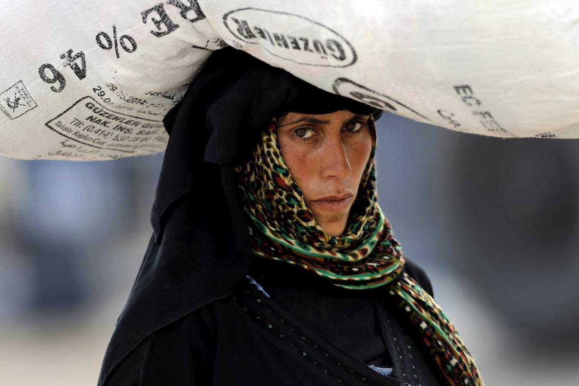 Před boji s islamisty uprchly ze syrského Tal Abyadu do Turecka tisíce lidí, zejména žen a dětí