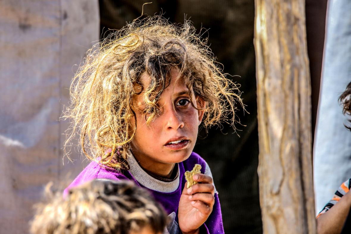 Před boji s islamisty uprchly ze syrského Tal Abyadu do Turecka desítky tisíc lidí, zejména žen a dětí