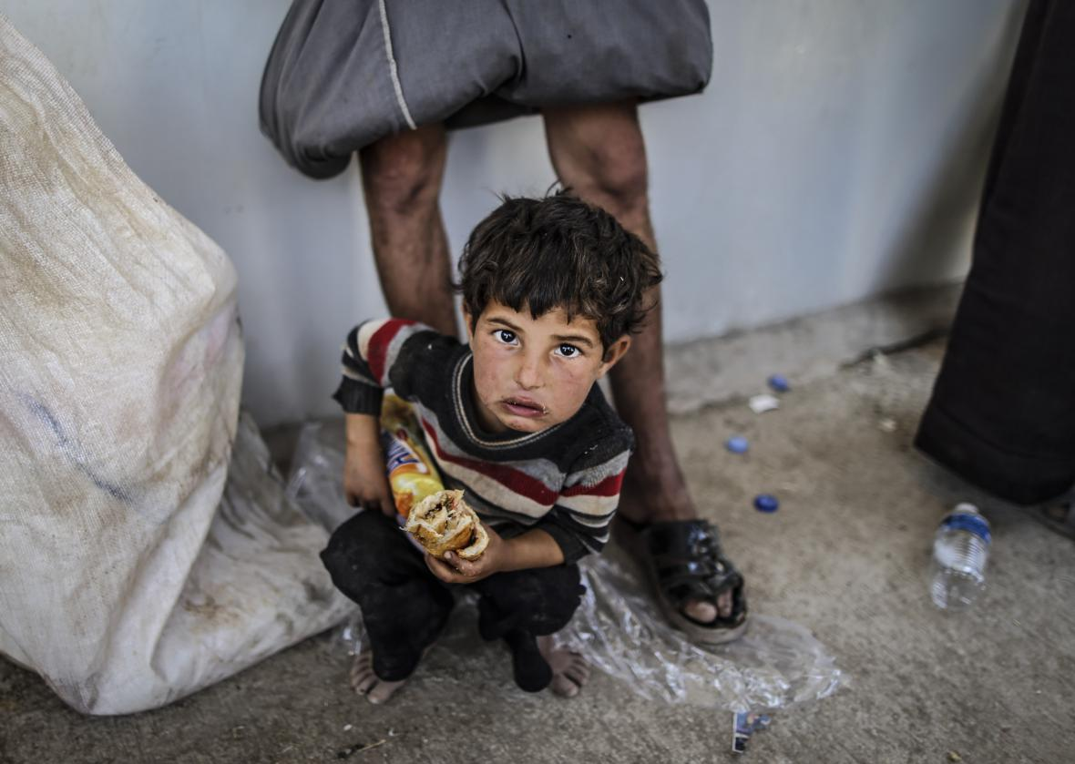 Syrský chlapec po přechodu hranice s Tureckem v Akcakale