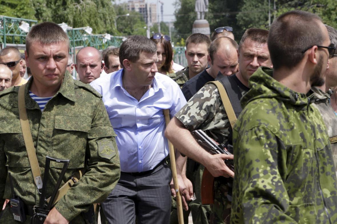 Alexandr Zacharčenko odchází ze schůzky s demonstranty
