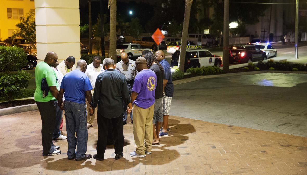 Místní z Charlestonu se po střílení sešli k modlitbě