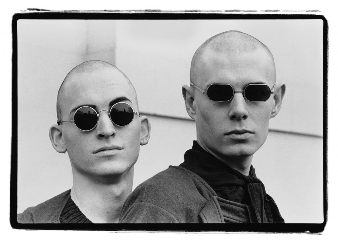 Amy Arbus / Dva muži ve slunečních brýlích