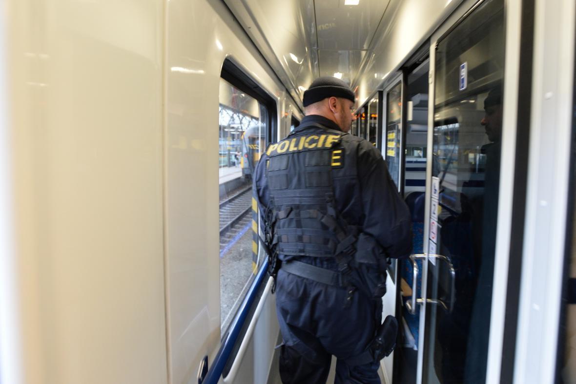 Policie hledá na pražském hlavním nádraží uprchlíky