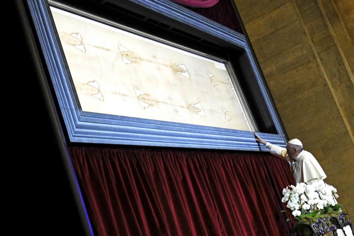 Papež František u turínského plátna