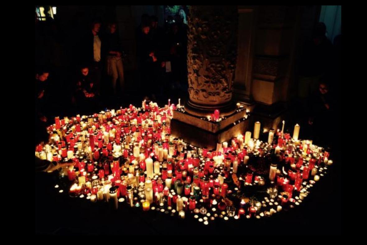 Na místě tragédie ve Štýrském Hradci zapalují lidé svíčky