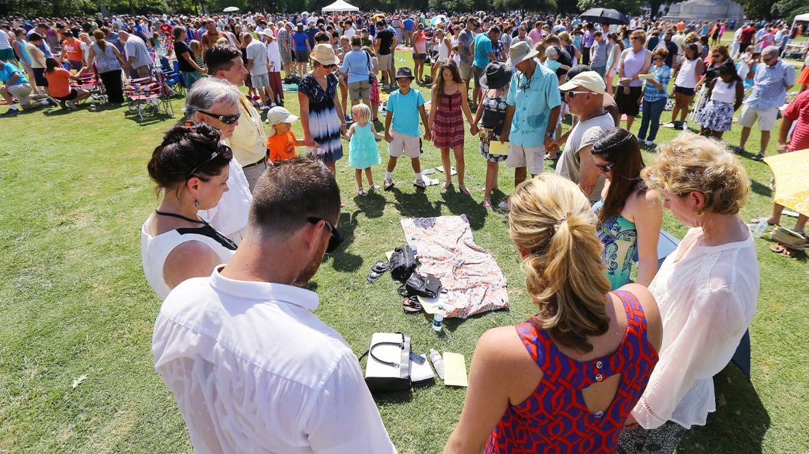U kostela v Charlestonu se shromáždila více jak tisícovka lidí