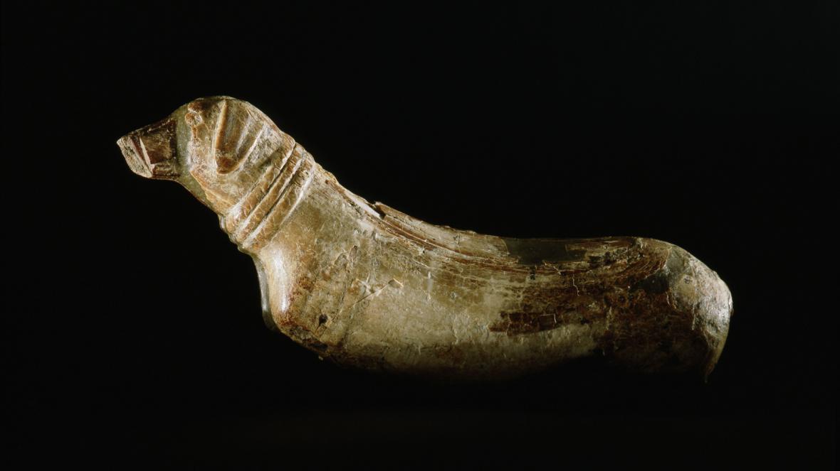 Řezba psa ze starověkého Egypta (stáří cca 4 tis. let př.n.l.)