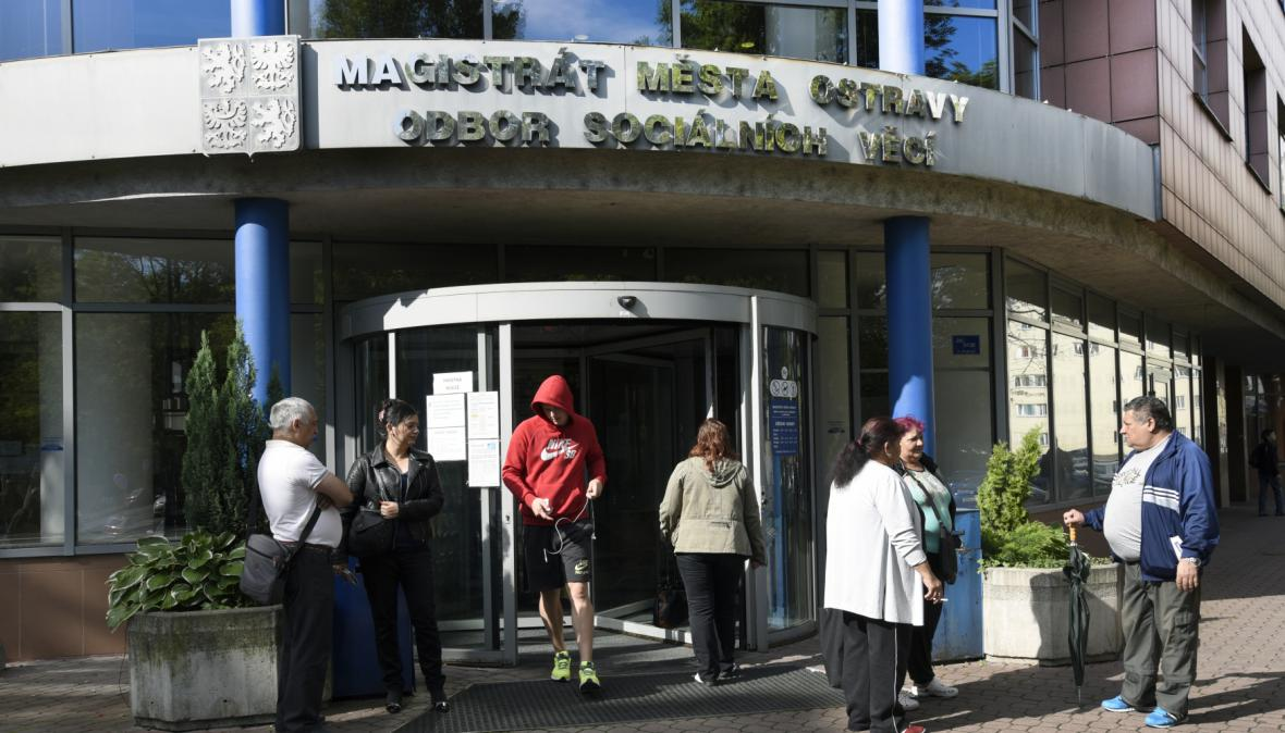 V Ostravě si lidé přicházeli podat žádost na Odbor sociálních věcí na mimořádnou okamžitou pomoc