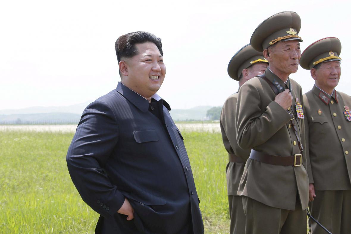 Kim Čong-un sleduje zkušební let prvních pilotek