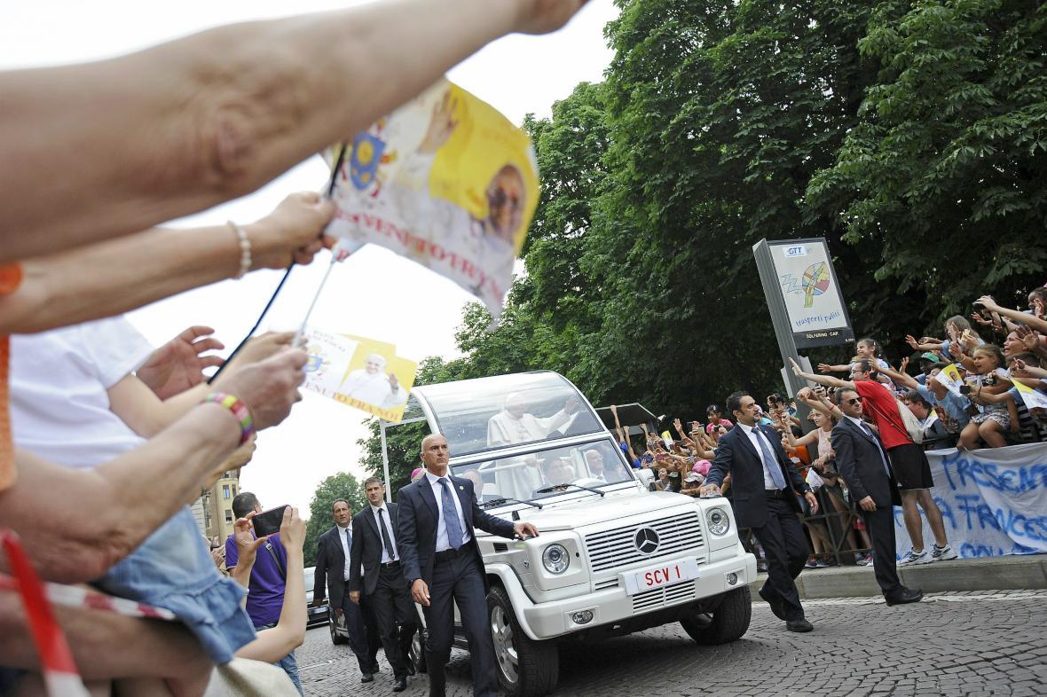 V Turíně Františka vítaly nadšené davy