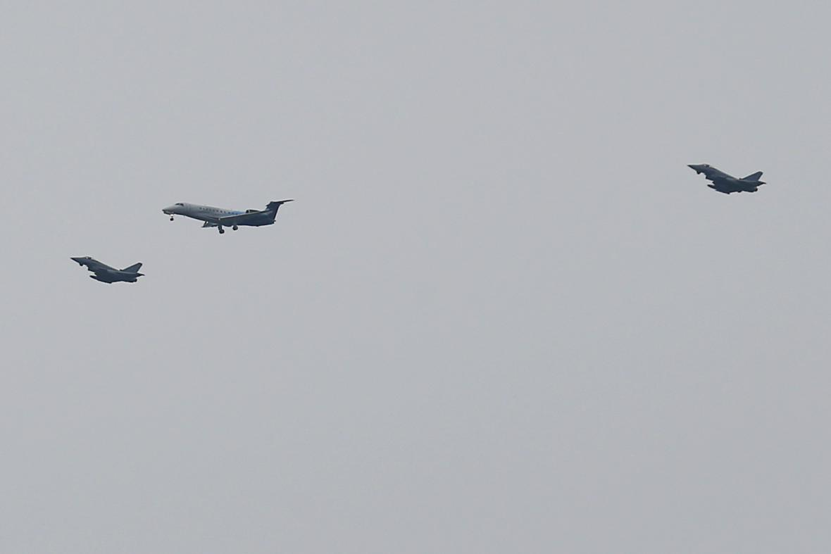Královnino letadlo doprovodily na letiště Tegel německé stíhačky