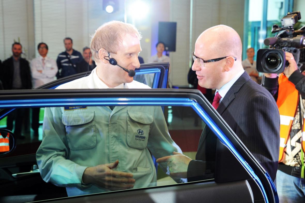 Premiér Bohuslav Sobotka v automobilce v Nošovicích