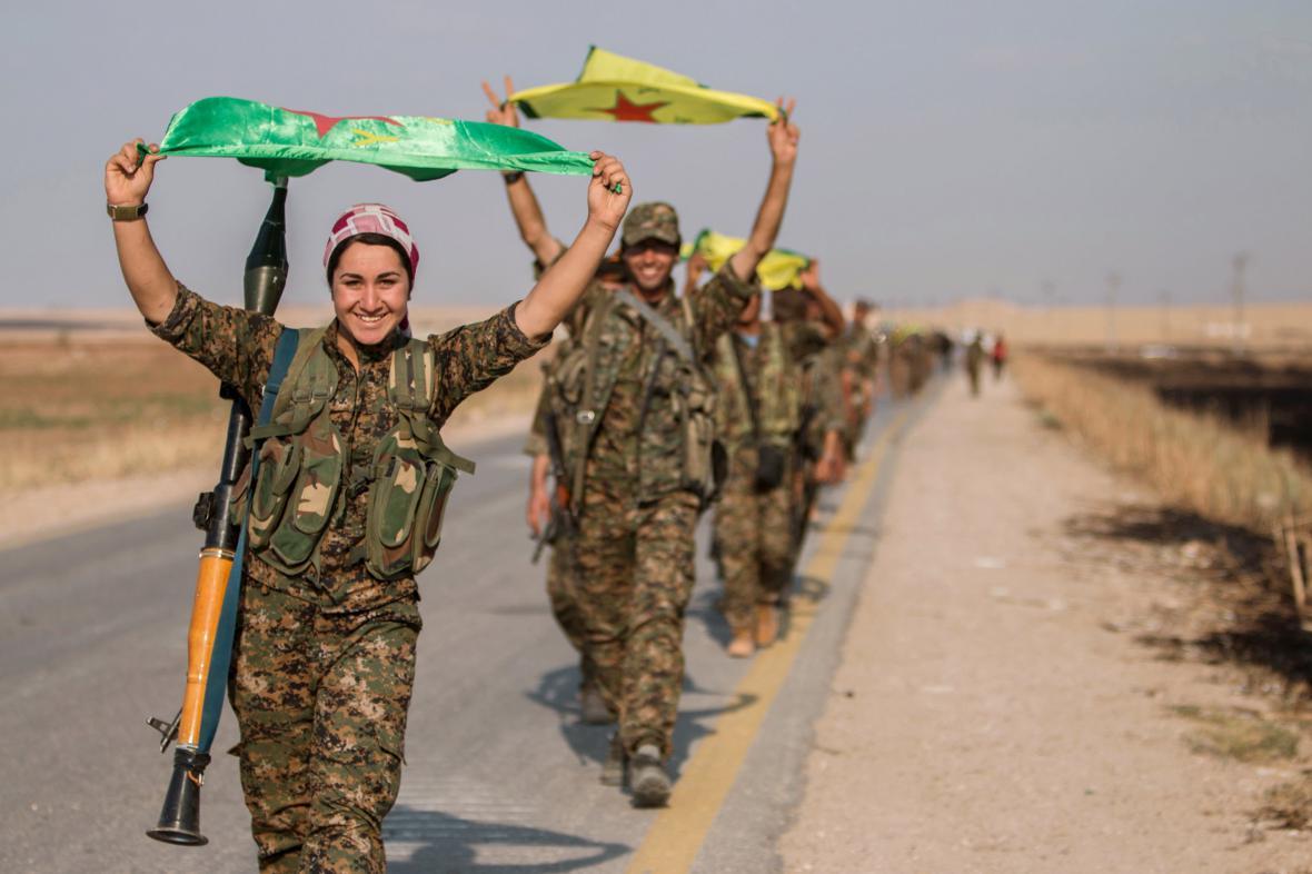 Radost kurdských jednotek po dobytí Tall Abjadu
