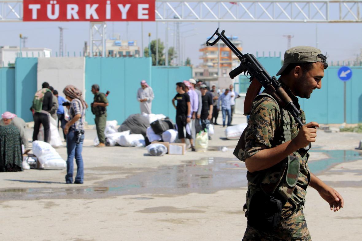 Kurdský voják u syrsko-tureckých hranic