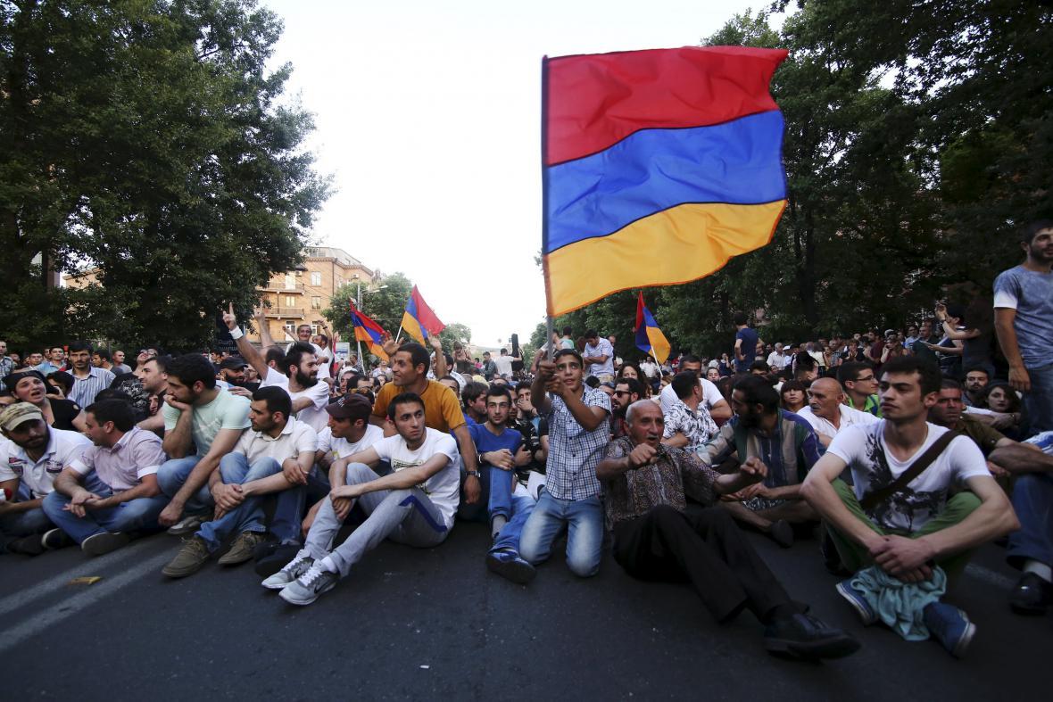 Demonstranti v centru arménské metropole Jerevanu