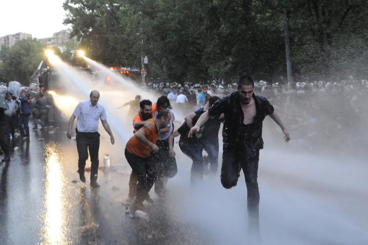 Protestující rozehnala policejní vodní děla