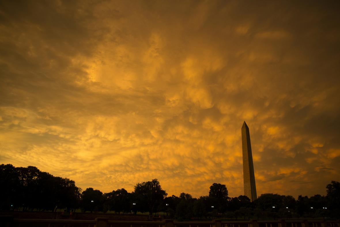 Východ Slunce po noční bouři ve Washingtonu