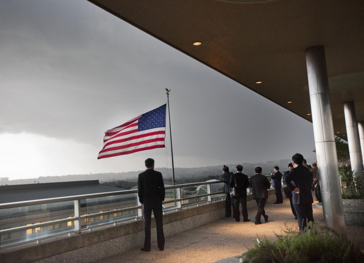 Zaměstnanci amerického ministerstva zahraničí sledují blížící se bouři ve Washingtonu D.C.