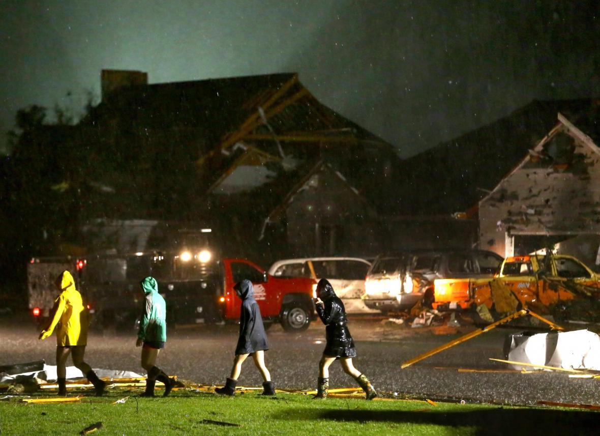 Obyvatelé Coal City sledují zdemolované domy
