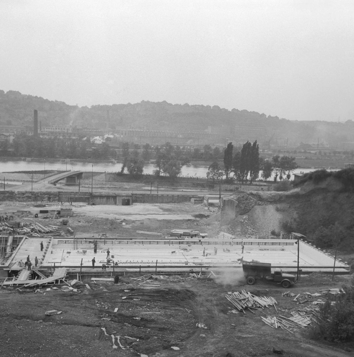 Stavba podolského stadionu