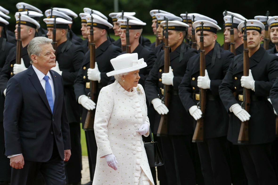 Alžběta si prohlédla německou prezidentskou jednotku