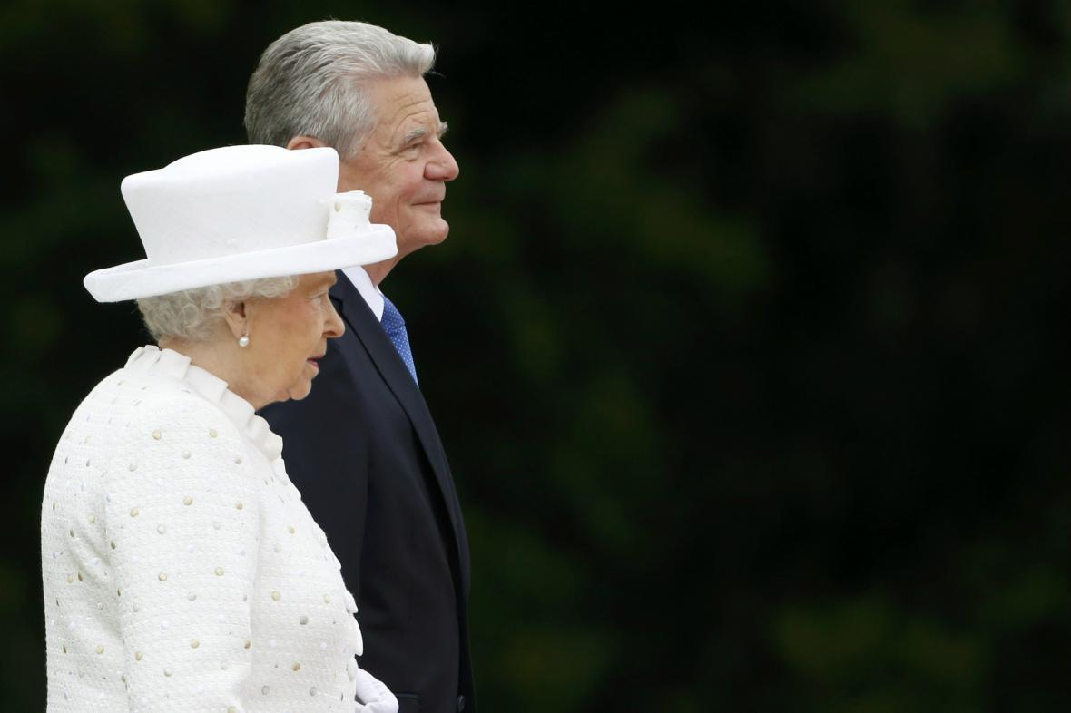 Alžběta II. a Joachim Gauck