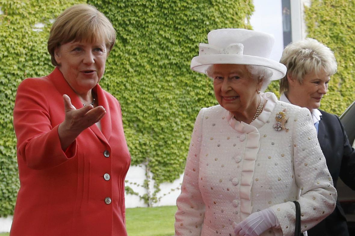 Alžběta si s Angelou Merkelovou pohovořila mezi čtyřma očima