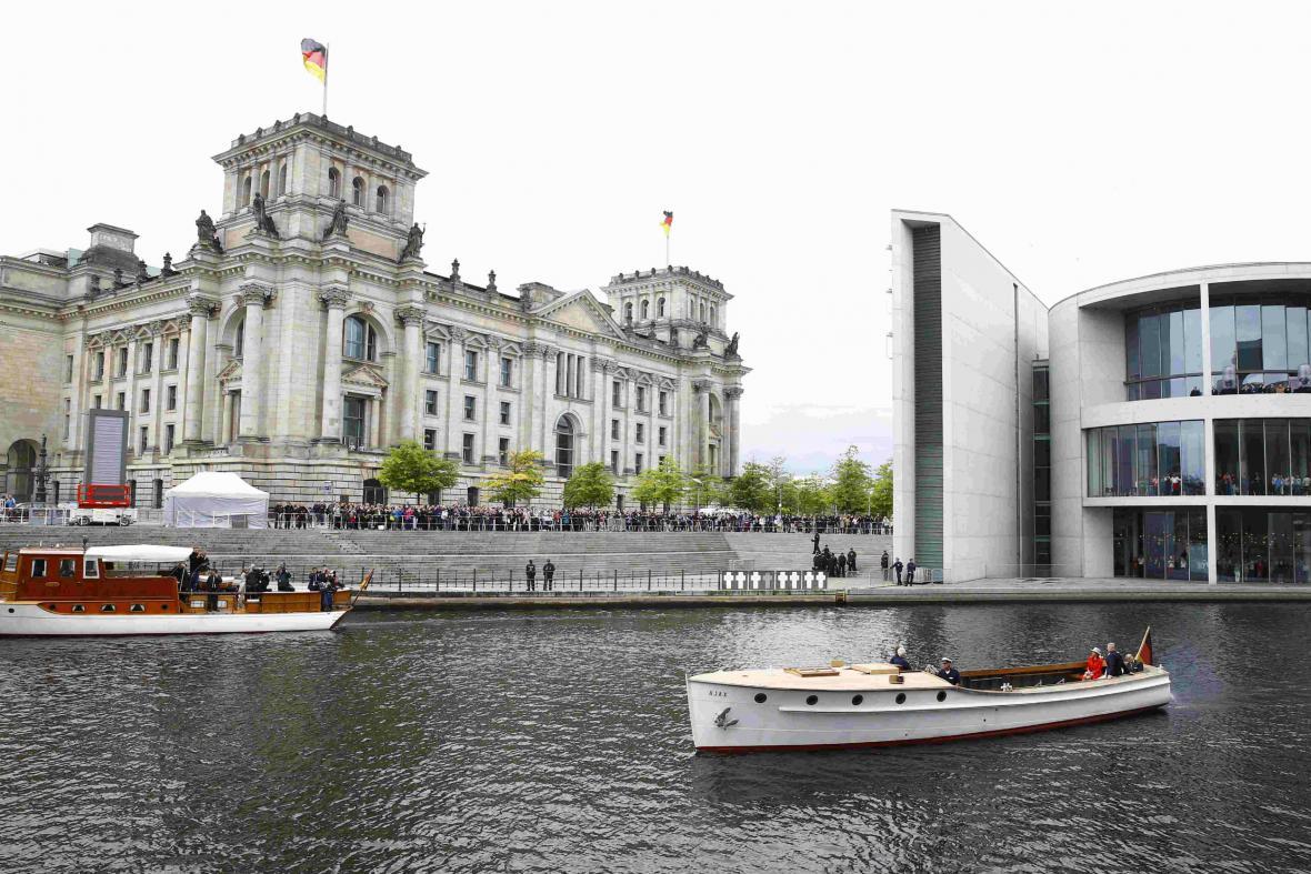 Britská panovnice si prohlédla Berlín z loďky