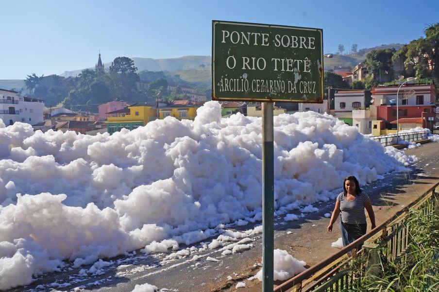 Pěna na brazilské řece Tiete