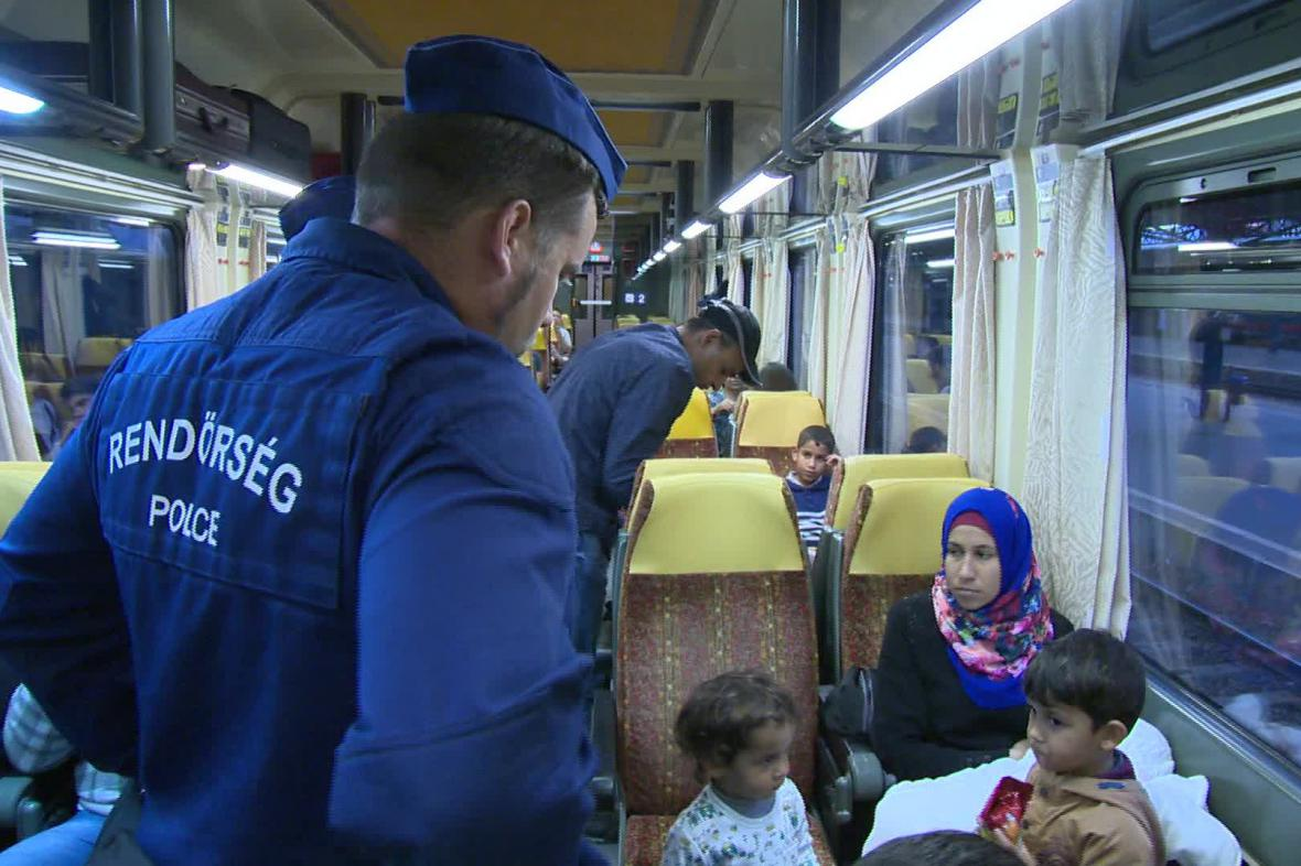 Maďarská policie kontroluje cestující ve vlaku do Německa