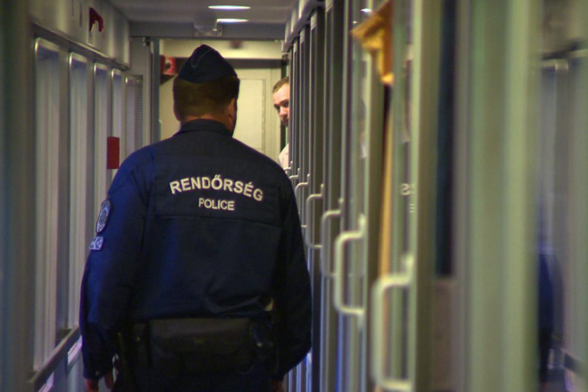 Maďarská policie ve vlaku do Německa