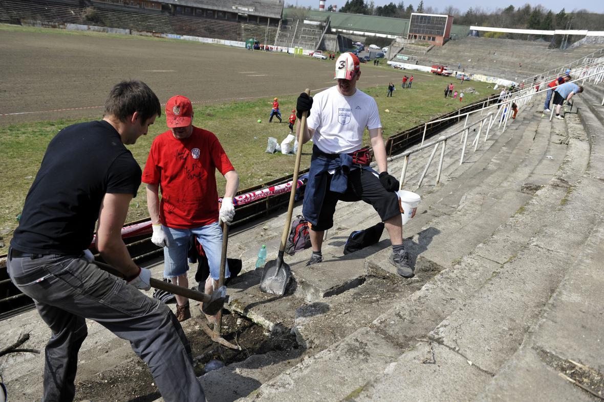 Na vzkříšení stadionu Za Lužánkami pracovali dobrovolníci