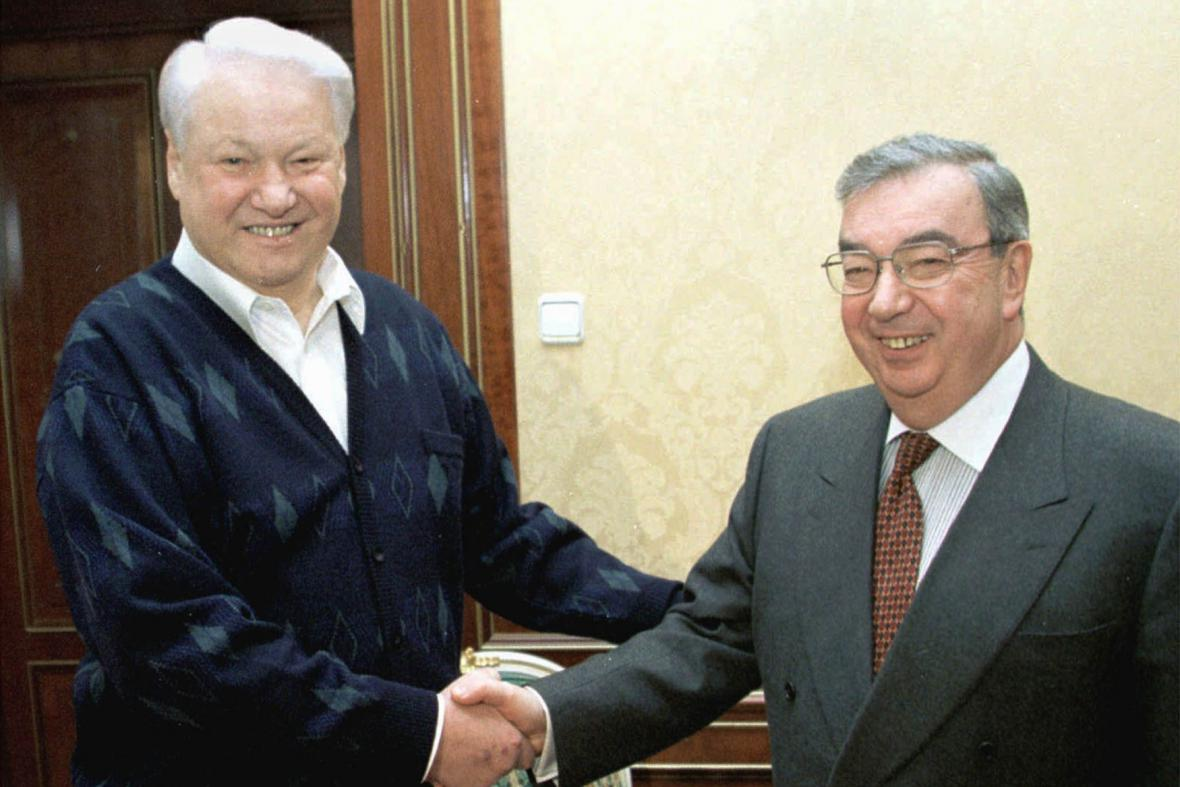 Jegenij Primakov (vpravo) s Borisem Jelcinem