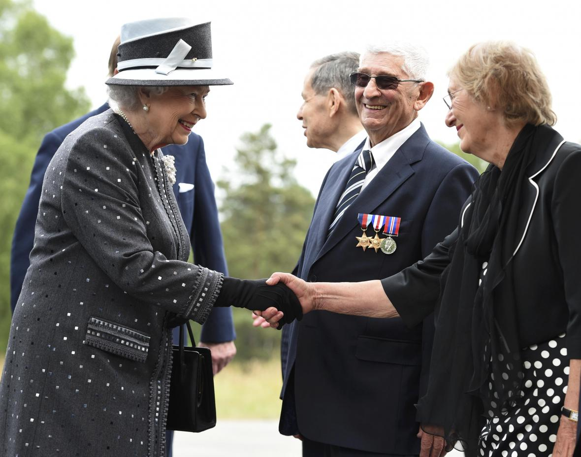 Britský královský pár při návštěvě koncentračního tábora Bergen-Belsen